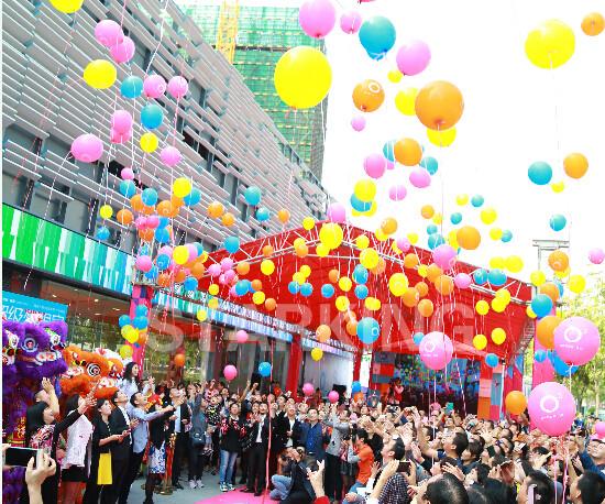 营销中心共同放飞五彩气球,一个个代表着理想和希望的五彩气球随着